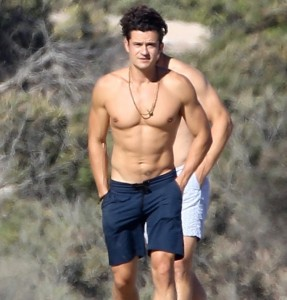 Orlando-Bloom-Shirtless-Beach-Pictures-July-2016 (1)