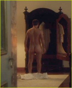 jude-law-bares-his-butt-on-the-young-pope-03
