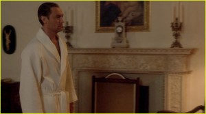 jude-law-bares-his-butt-on-the-young-pope-06